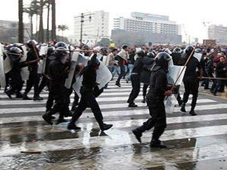 Поліція застосовує сльозогінний газ