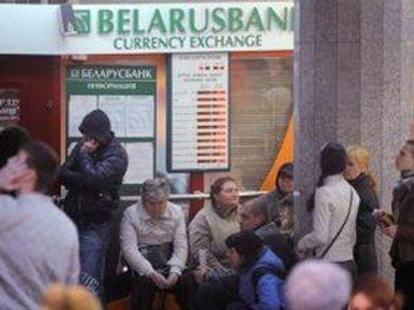 Кризис вынуждает Беларусь занимать