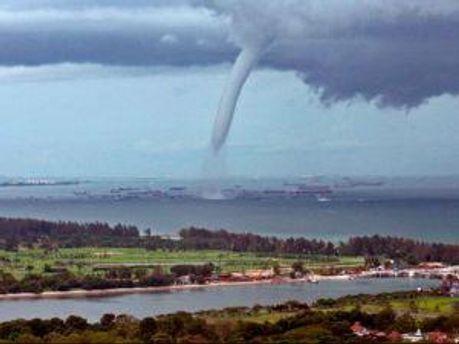 Тайфун становится все ближе к японским островам