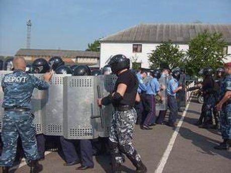 Бійців вчать придушувати демонстрації, — Яценюк