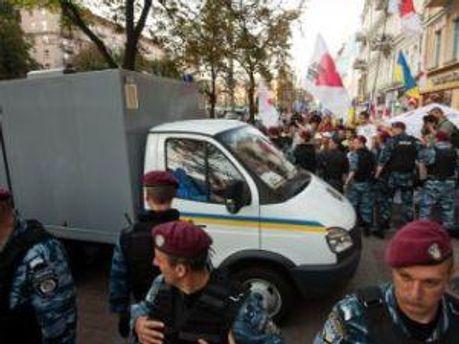 Автозак подъезжает в Печерский суд