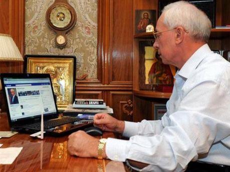 Микола Азаров став постійним дописувачем в мережі