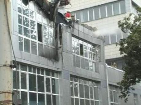 Пожарники гасят огонь