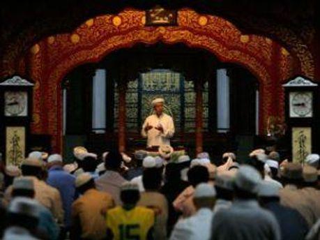 Мусульмане в мечети в Пекине
