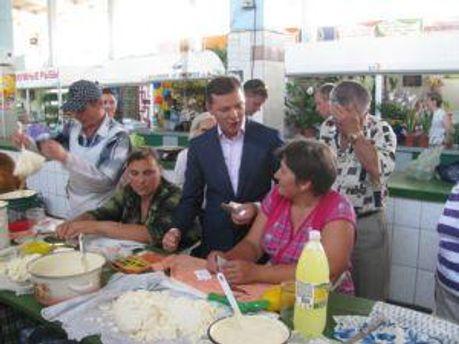 Олег Ляшко среди продавщиц базара