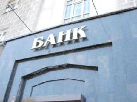 Українці продовжують нести гроші в банки