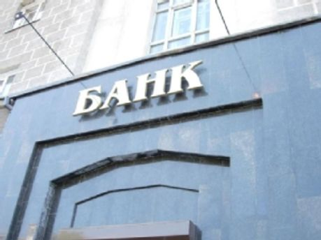 Украинцы продолжают нести деньги в банки