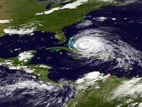 Ураган слабеет, но пока еще опасен