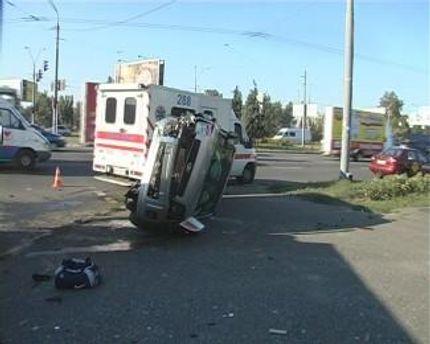 Внаслідок зіткнення Форд вилетів на тротуар