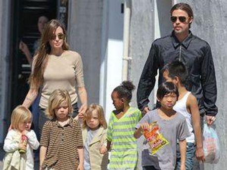 Анджеліна Джолі та Бред Пітт з дітьми