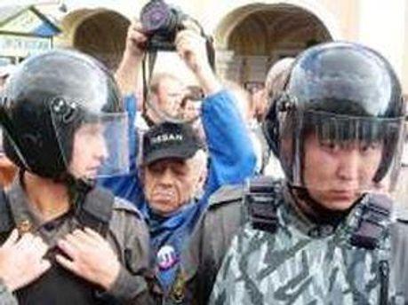 Активистов задерживали бойцы ОМОНа