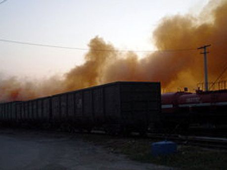 Едкий дым выходит из вагона, в котором разбились банки с бромом