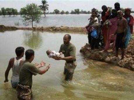 Влада Пакистану роздає людям намети та гуманітарну допомогу