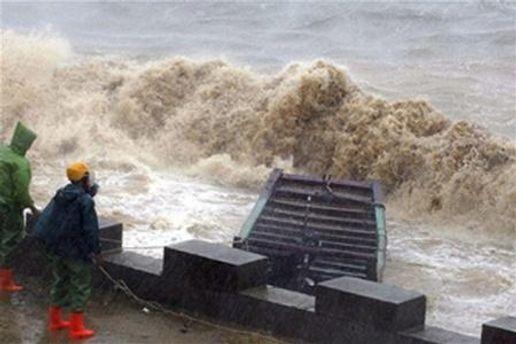 Растет число жертв от мощного тайфуна в Японии