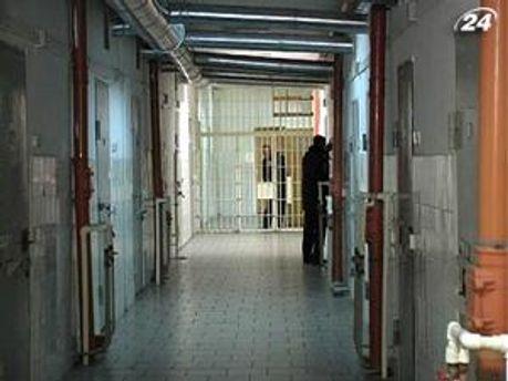 В українських СІЗО підозрювані очікують вироку суду роками