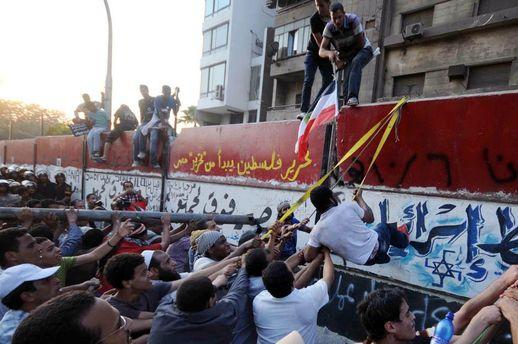 Посольство Ізраїлю в Каїрі взяли штурмом