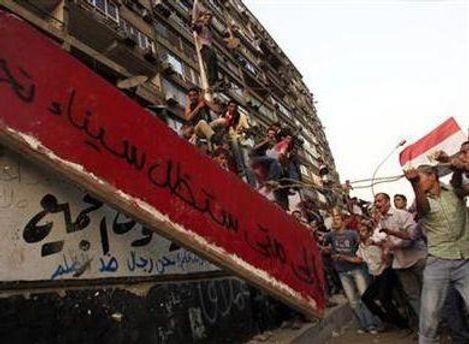 Возле израильского посольства в Каире продолжаются столкновения