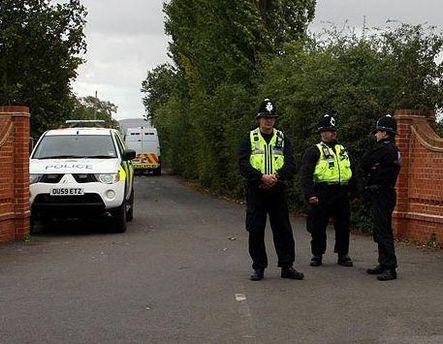 Поліцейські біля циганського табору Грінейкр