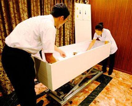 Некоторым японцам приходится ждать, чтобы похоронить своих родных