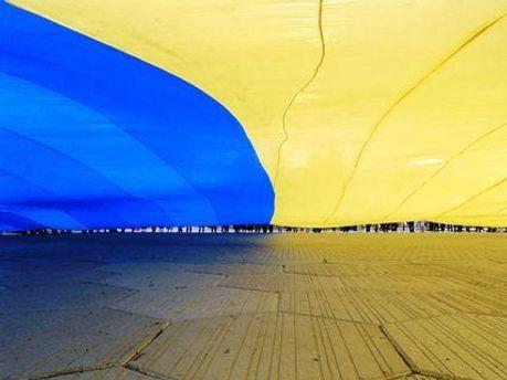 В Луганске развернули самый большой государственный флаг Украины