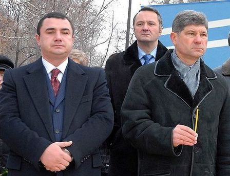 Депутат Владимир Гончаров слева
