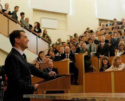 Медведев посоветовал студентам искать работу