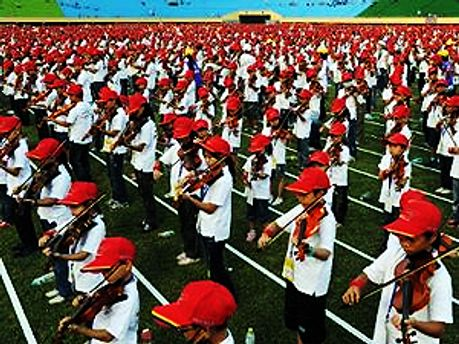 Школьники играют на скрипке