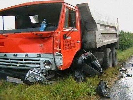 В результате столкновения с КамАЗом зажало 4 человек