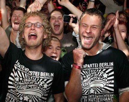 Представители Партии Пиратов радуются победе