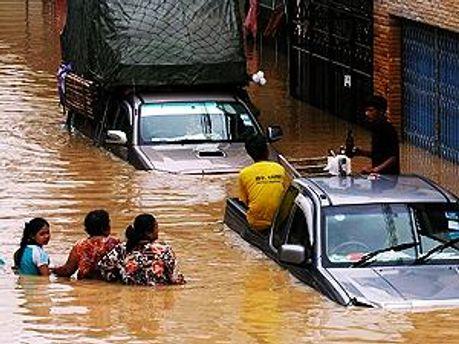 Жертвами наводнений уже стали 130 человек