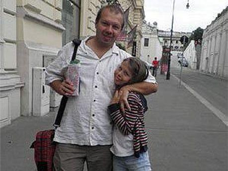 Денис Олейников с дочкой