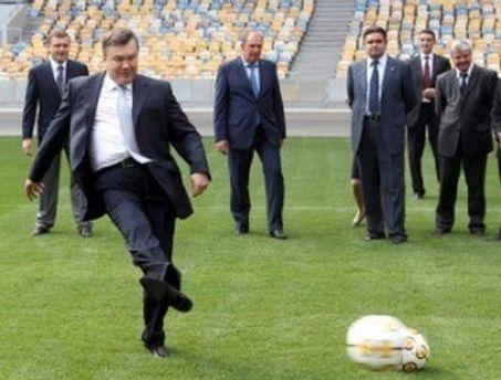 Виктор Янукович первым опробовал газон