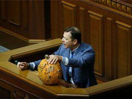 Олег Ляшко із подарунком