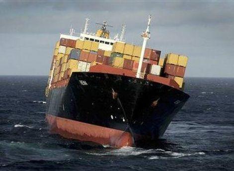 Существует угроза, что либерийское судно разломается на две части