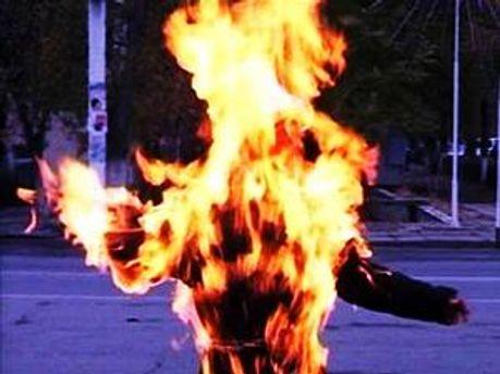 Чоловік облив себе бензином і підпалив
