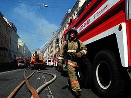 Пожежники евакуйовують людей