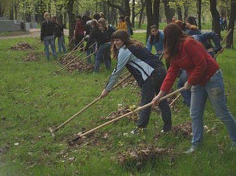 Студенти прибирають парки у вільний від навчання час