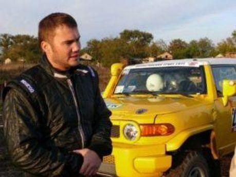 Виктора Янукович-младший возле машины