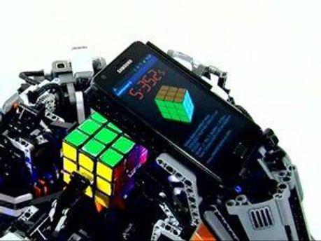 Робот Cubestormer II в процессе сбора кубика