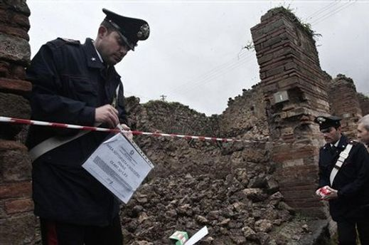 Правоохранители определяют причины падения стены