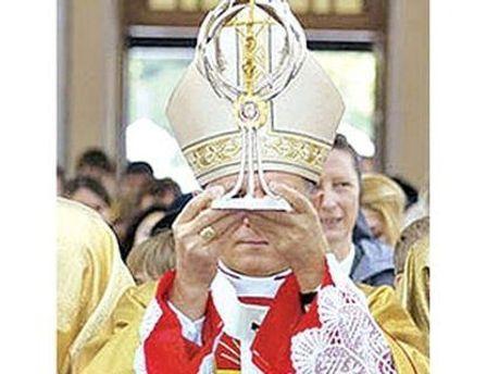 Тканину з кров'ю понтифіка оформили у вигляді тернового вінка