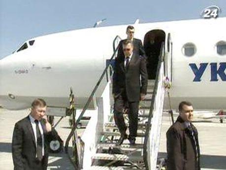 Президент прилетів до Львова на декілька годин