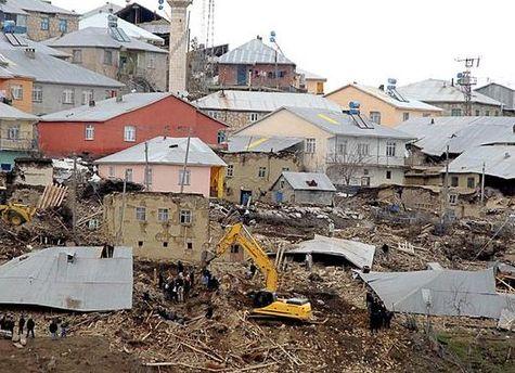 Спасатели разбирают здания, которые повредило землетрясение