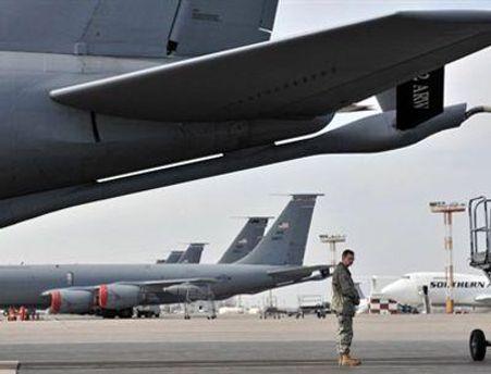 В аеропорту Манас поряд з цивільними літаками перебувають і військові