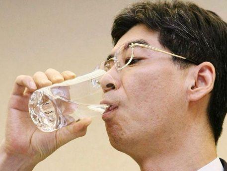 Ясухіро Сонода переконує журналістів, що вода чиста