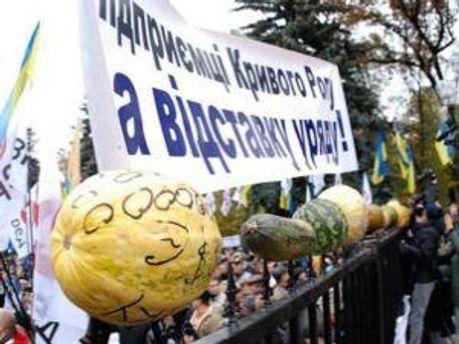 Люди протестують біля стін Верховної Ради