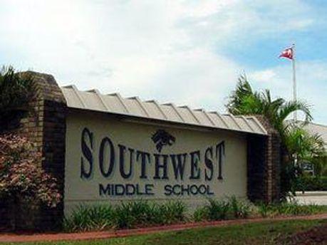 Школа у Палм-Бей забороняє обійми
