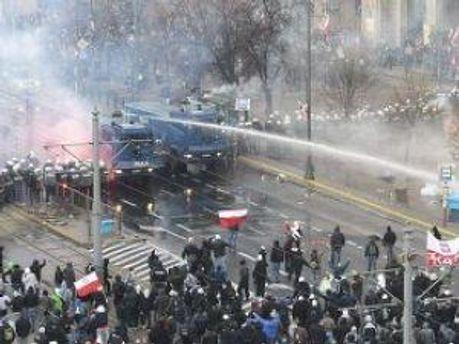 Демонстрантів розганяли водою