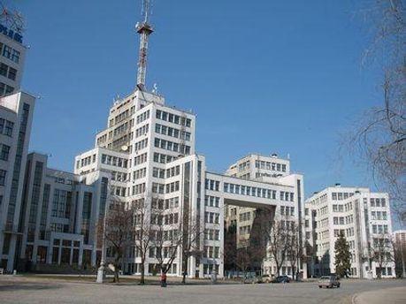 Люди зібралися біля Держпрому, де розташований Пенсійний фонд