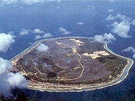 Вид на государство Науру из иллюминатора самолета